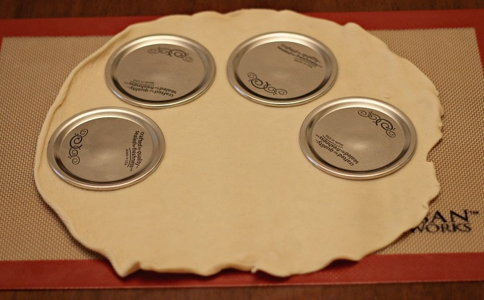 Cutting Pie Crust Top with Mason Jar lids