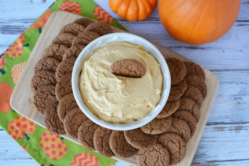 This Easy Pumpkin dip contains just 5 ingredients & is a delicious fall recipe