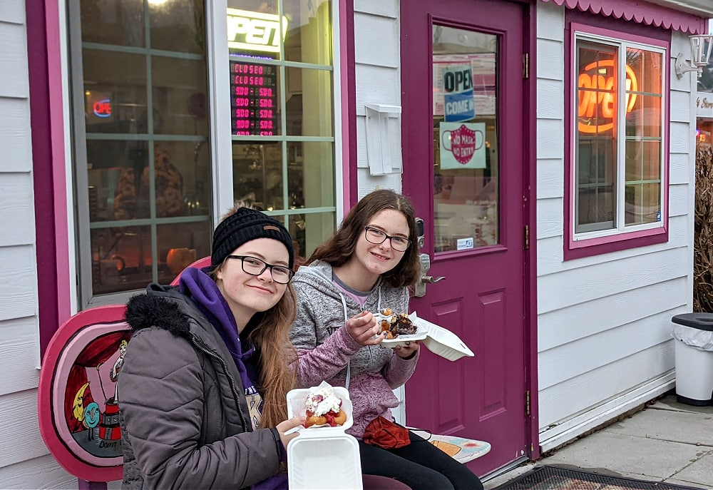 eating mini donuts at Mini the Doughnut in Des Moines